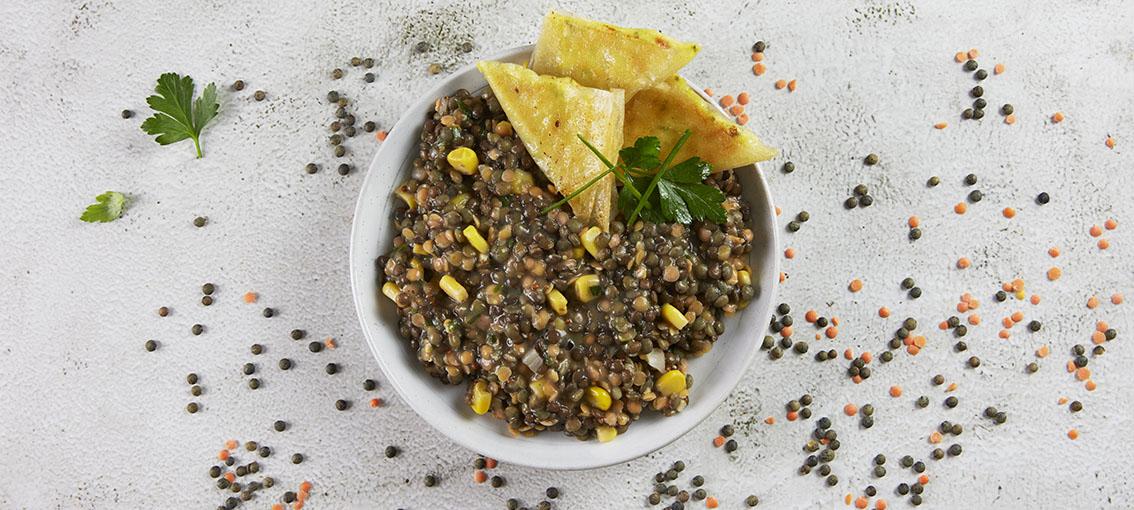 Pita aux olives, taboulé oriental et salade d'herbes