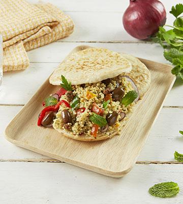 Pita aux olives, taboulé oriental et herbes fraîches