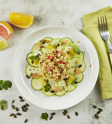 Salade de courgettes bio multicolores aux agrumes, taboulé oriental bio et graines de courge