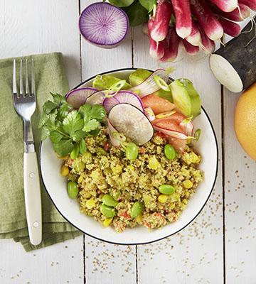 Poke bowl quinoa, pamplemousse, radis multicolores et avocat
